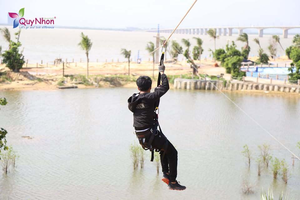Đu dây qua Hồ khu du lịch Cửa Biển