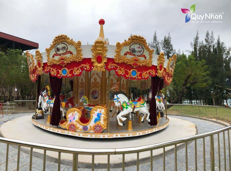 vòng quay ngựa gỗ khu du lịch cửa biển