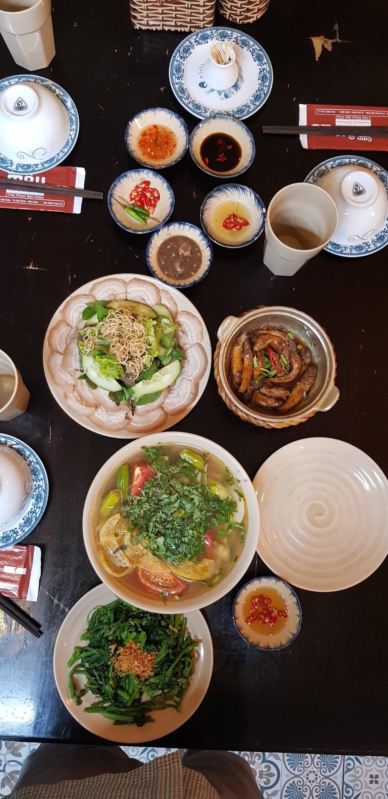 Một bàn ăn no ứ ự - Ảnh: cơm Mậu