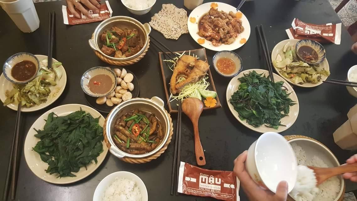 Một bữa cơm nhà nóng hôi hổi tại cơm Mậu - Ảnh: Cơm Mậu