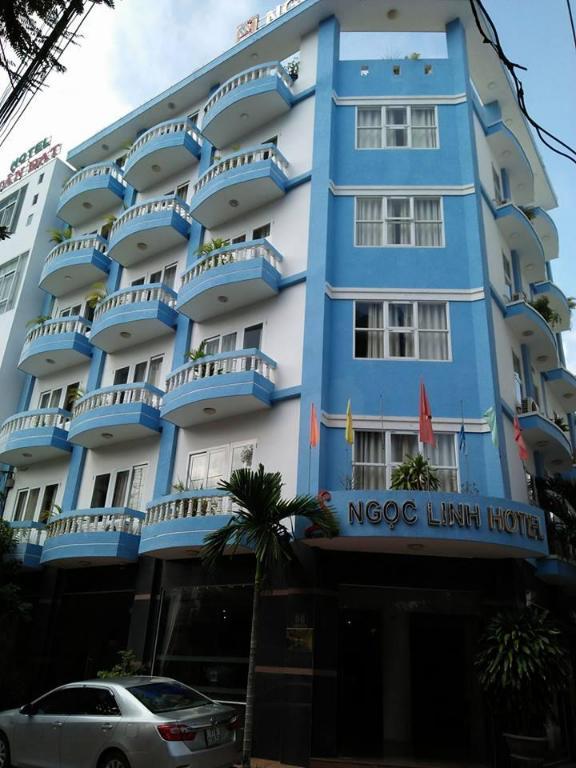Khách sạn Ngọc Linh với màu xanh mát mắt cực kì đặc trưng - Ảnh: agoda