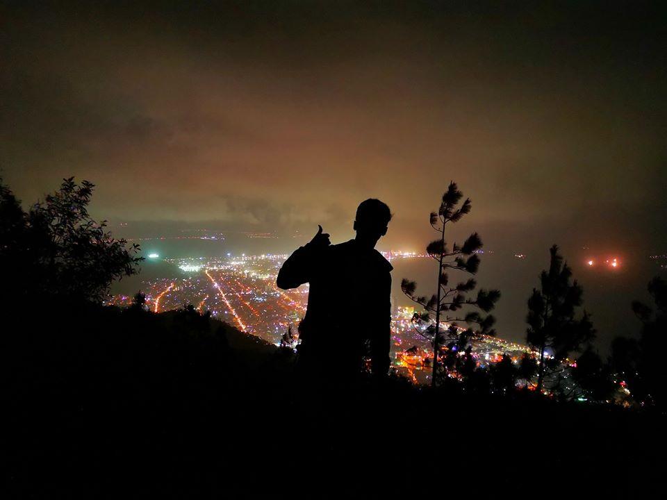 Núi Vũng Chua lung linh khi về đêm. - Ảnh: Trần Bá Thuận
