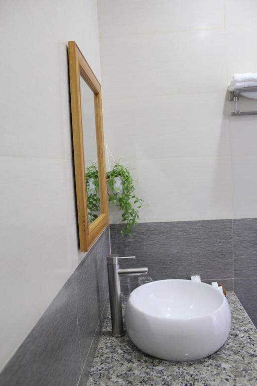 Thiết kế phòng tắm khách sạn Blue Sea - Ảnh: agoda