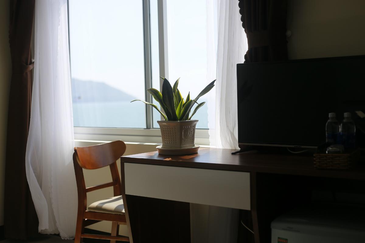 Cửa sổ ngập tràn ánh nắng - Ảnh: Minh Nhật Hotel