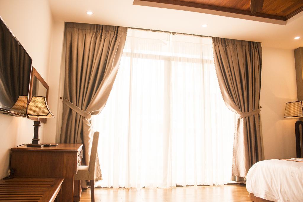 Mở cửa ra cho nắng sớm vào phòng - Ảnh: agoda