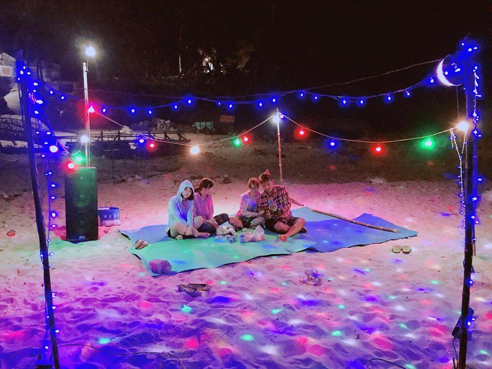 Điểm mạnh của homestay Cù Lao Xanh này là thiết kế ở một khu riêng biệt với làng chài có bãi cát rộng. Rất thích hợp để du khách có thể thuê lều cắm trại ngủ trước homestay hoặc đốt lửa trại, tổ chức tiệc BBQ, party,... Ảnh: Sưu Tầm