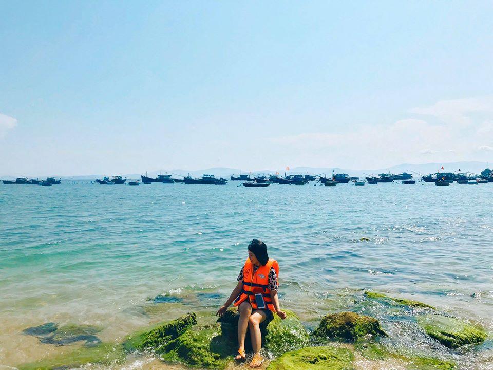 Nước biển trong xanh thấy đáy. Ảnh: Lê Quỳnh Nhi