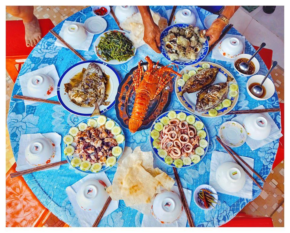 Đến với homestay Cù Lao Xanh này, du khách sẽ được thưởng thức một bữa tiệc hải sản ngon miệng, no nê. Ảnh: Lê Quỳnh Nhi
