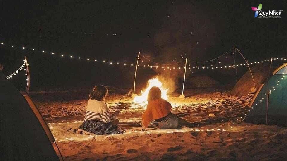 đốt lửa trại tại bãi biển Nhơn Hải