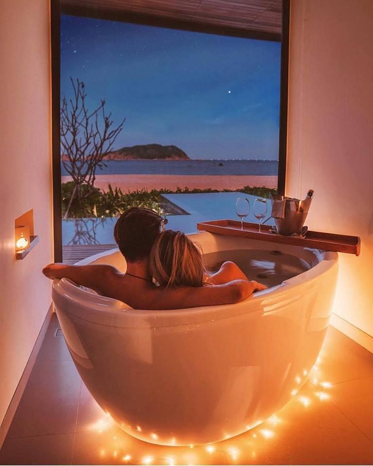 View phòng tắm hướng thẳng biển lí tưởng cho các cặp đôi. Ảnh: Anantara Quy Nhơn