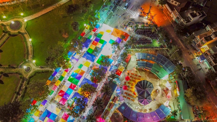 Chợ đêm Quy Nhơn từ trên cao nhìn xuống. Ảnh: Sưu Tầm