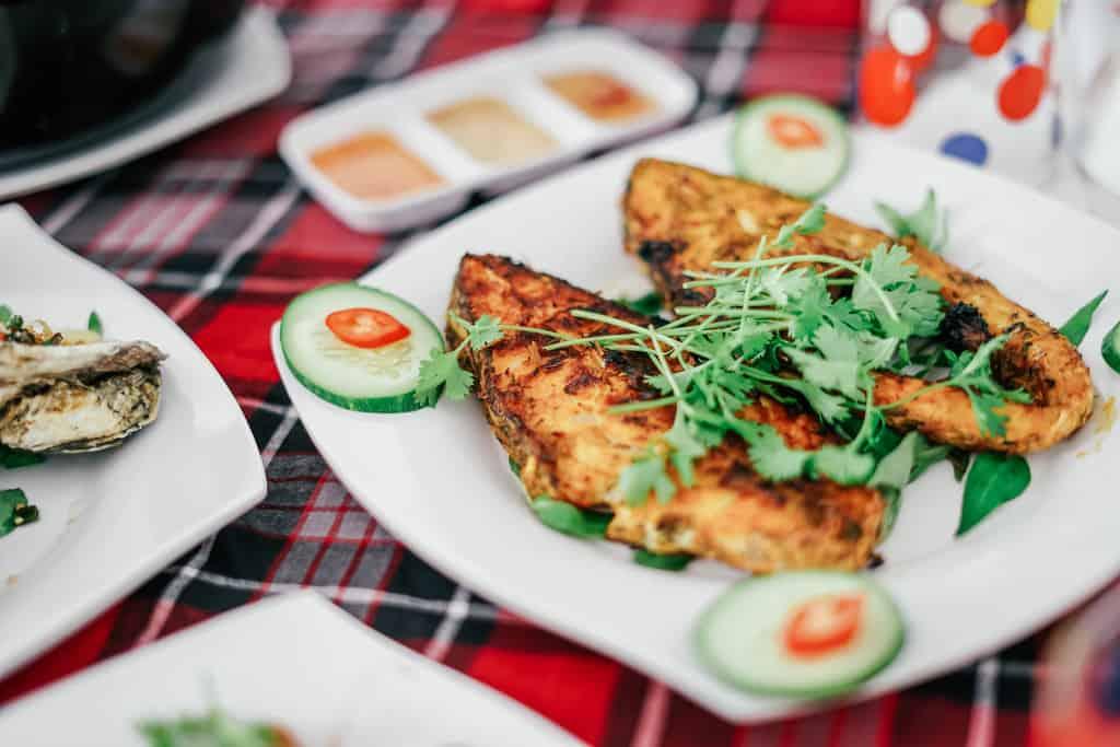 Cá nướng cuốn bánh tráng rau sống chấm mắm nêm ngon tuyệt vời. Ảnh: traveloka