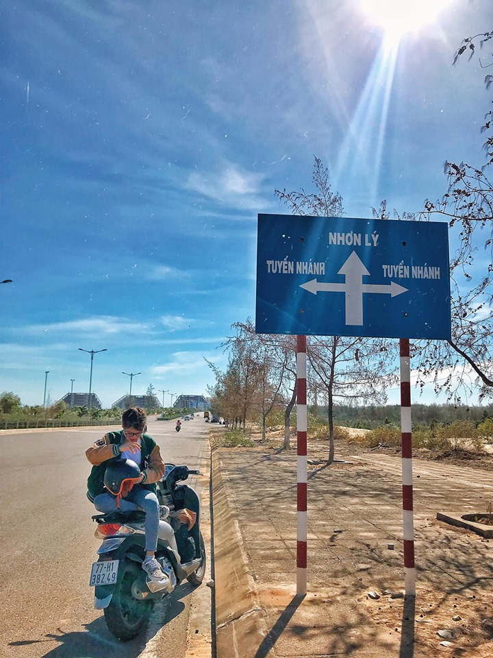 Đi thẳng nữa là các bạn đang đến gần hơn với làng chài Nhơn Lý rồi đấy. Ảnh: Trần Thị Thu Hương
