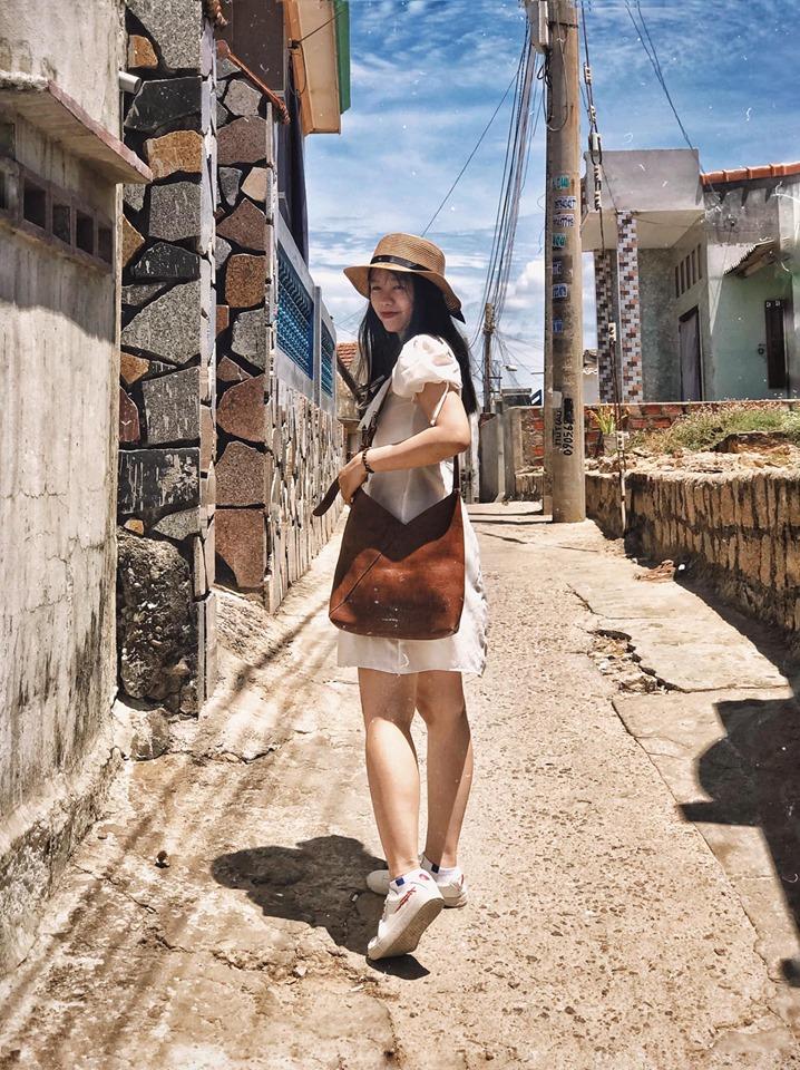 Chỉ cần biết tạo dáng, đứng ở đâu tại làng chài Nhơn Lý đều có được một bức ảnh đẹp. Ảnh: Ngân Tuyết