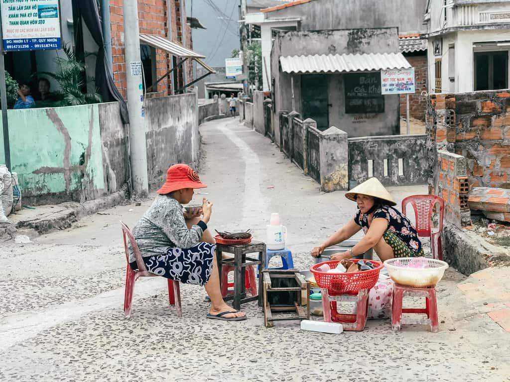 Những hàng quán nhỏ chứa đựng nhiều câu chuyện nơi làng chài Nhơn Lý. Ảnh: travelloka