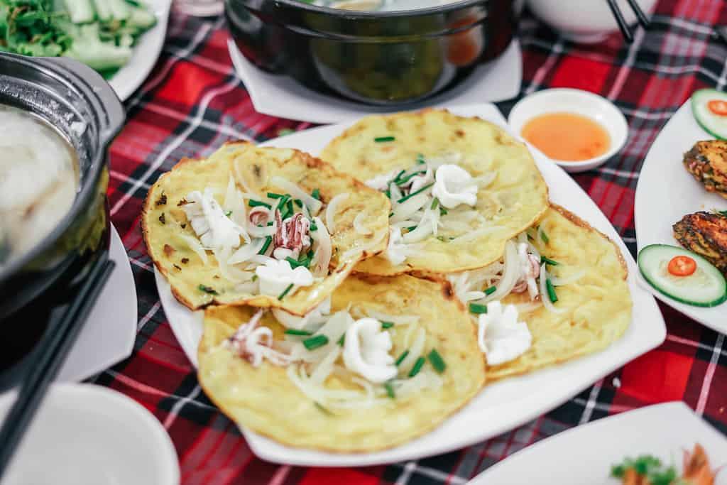 Đến với làng chài Nhơn Lý thì nhất định không thể bỏ qua ẩm thực nơi đây với những món làm từ hải sản tươi ngon. Ảnh: traveloka