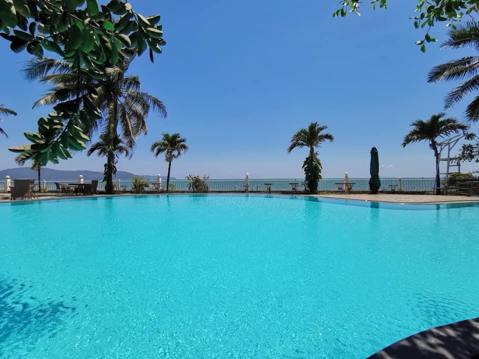 Bể bơi rộng, hướng ra biển Quy Nhơn - Ảnh: Royal Resort