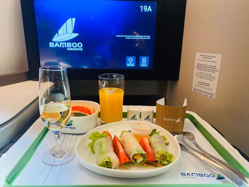 Hiện tất cả các đường bay của Bamboo Airways đều phục vụ suất ăn cho tất cả hành khách dù mua vé hạng Eco, Plus hay Business. Ảnh: Bamboo Airways