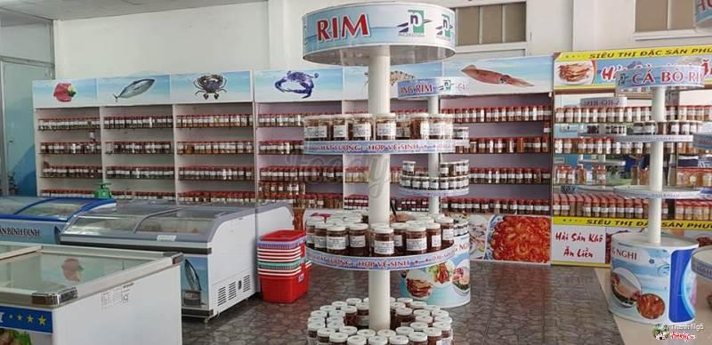 Với hệ thống là một siêu thị, du khách có thể hoàn toàn yên tâm về uy tín cũng như chất lượng của sản phẩm bên Phương Nghi. Ảnh: Siêu thị đặc sản Phương Nghi