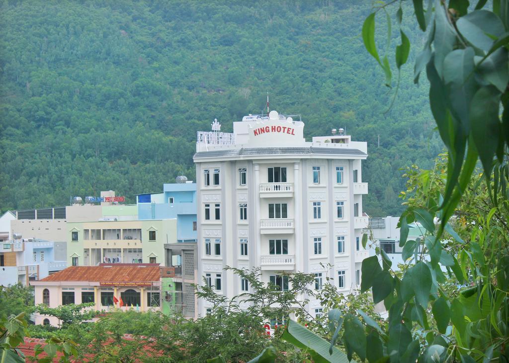 Sau lưng là núi, trước mặt là biển nên không gian ở đây vô cùng trong lành, đặc biệt là vào lúc sáng sớm - Ảnh: King Hotel
