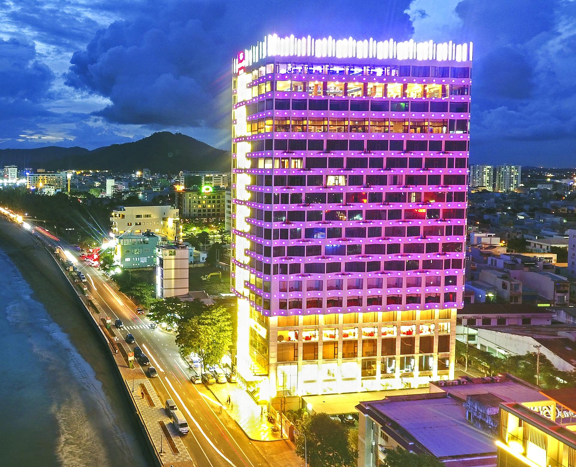 Khách sạn Quy Nhơn 4 sao Hương Việt lung linh về đêm - Ảnh: Hương Việt Hotel