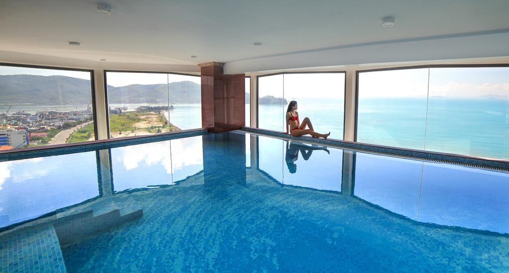 Bể bơi trong nhà ngắm trọn view biển - Ảnh: Hương Việt Hotel
