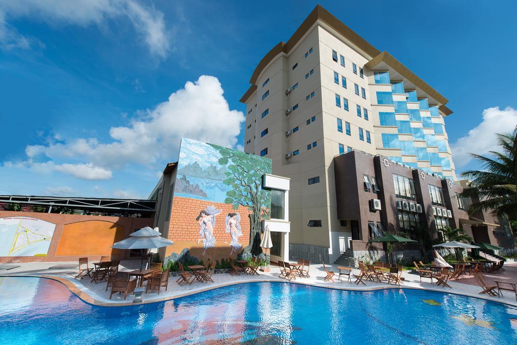 Hệ thống bể bơi ngoài trời cùng khuôn viên thoáng mát, rất thích hợp cho các gia đình - Ảnh: Mường Thanh Hotel