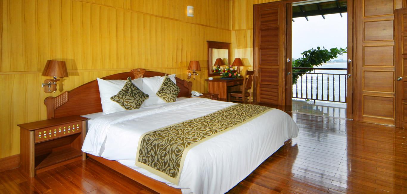 Phòng được thiết kế rộng rãi, đầy đủ tiện nghi và hiện đại, view hướng biển cho du khách có thể thư giãn tuyệt đối - Ảnh: Royal Hotel