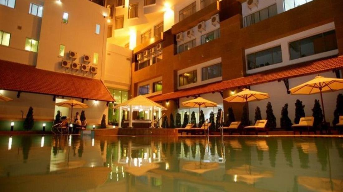 Bạn có thể ngâm mình trong làn nước mát, nhâm nhi ly cocktail yêu thích và tận hưởng niềm vui tuyệt vời bên gia đình - Ảnh: Sài Gòn Hotel