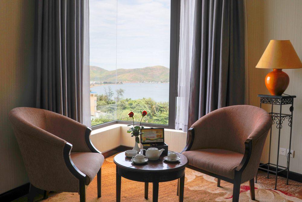 Khách sạn này nằm đối diện ngay Quảng Trường Chiến Thắng, trên con đường biển sầm uất nhất Quy Nhơn về đêm - Ảnh: Sài Gòn Hotel