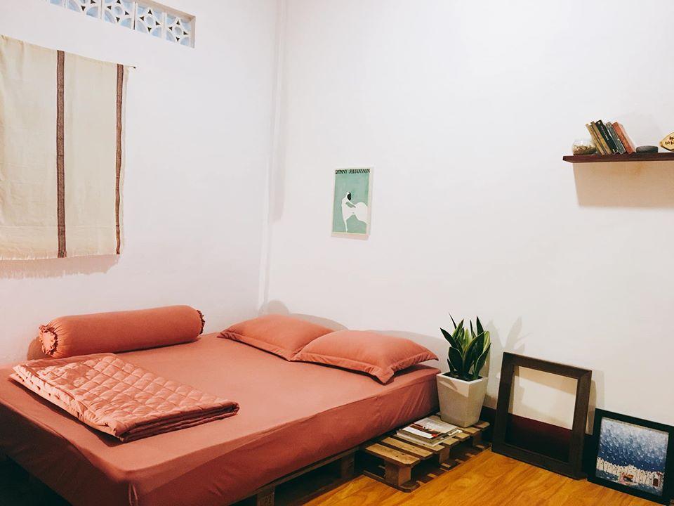 Phòng ngủ đơn giản nhưng ấm cúng và thoải mái - Ảnh: The Buom House