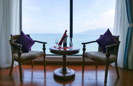 Lối kiến trúc Á Đông qua những bình quốc hoa - hoa sen kết hợp hoàn hảo với nét hiện đại, tinh tế của phương Tây - Ảnh: Viet Nam Taste Hotel