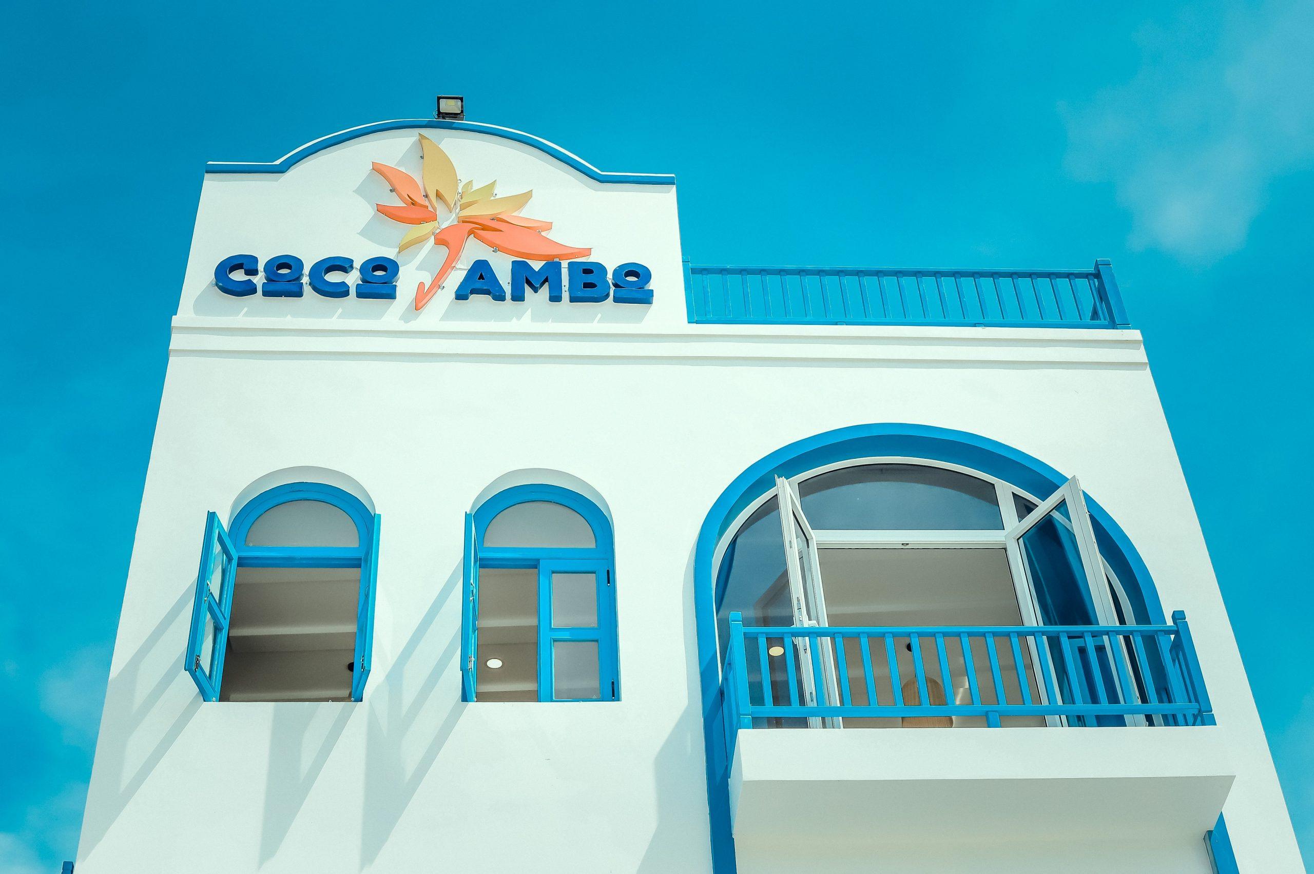 """Nhà hàng view biển đẹp nhất làng chài bãi Bắc Nhơn Lý, nơi có kiến trúc mang phong cách Santorini Hy Lạp với những góc chụp hình """"nịnh mắt"""" - Ảnh: Coco Jambo"""