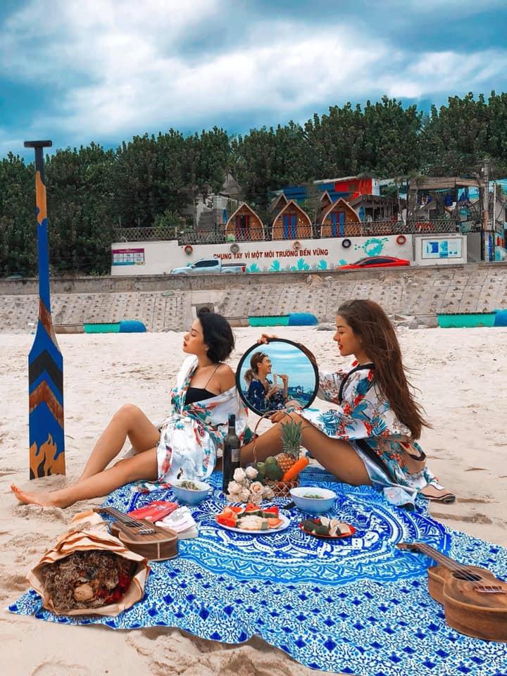 """Bãi cát trước homestay Nhơn Lý này sống ảo cực """"chất"""" luôn đấy nhé - Ảnh: La Beach House"""