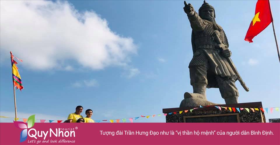 """Người ta tin rằng tượng đài Trần Hưng Đạo chính là """"vị thần hộ mệnh"""" của người dân Bình Định. Hễ có tai ương gì sắp sửa ập đến mảnh đất Bình Định thì đều được Đức Thánh Trần che chở, chỉ tay đi xa về nơi khác."""