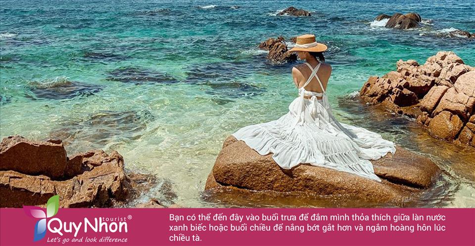 Bạn có thể đến đây vào buổi trưa để đắm mình thỏa thích giữa làn nước xanh biếc hoặc buổi chiều để nắng bớt gắt hơn và ngắm hoàng hôn lúc chiều tà.