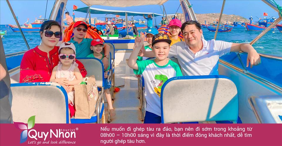 Du lịch Hòn Khô tự túc nếu muốn đi ghép tàu ra đảo, bạn nên đi sớm trong khoảng từ 08h00 – 10h00 sáng vì đây là thời điểm đông khách nhất, dễ tìm người ghép tàu hơn.