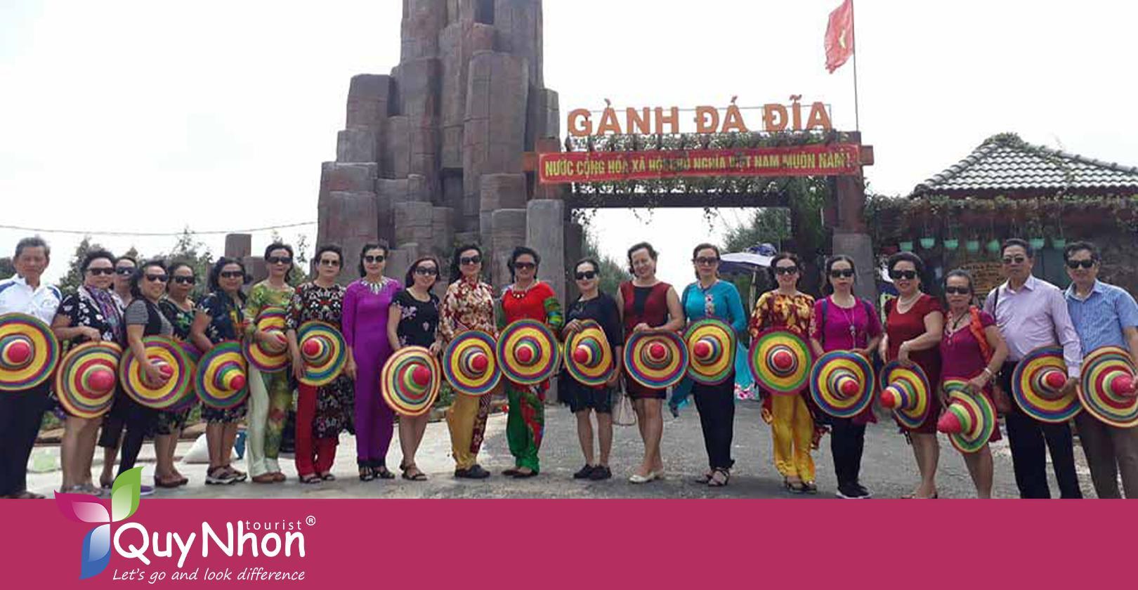 Tour Bình Định du khách check in tại Gành Đá Đĩa.