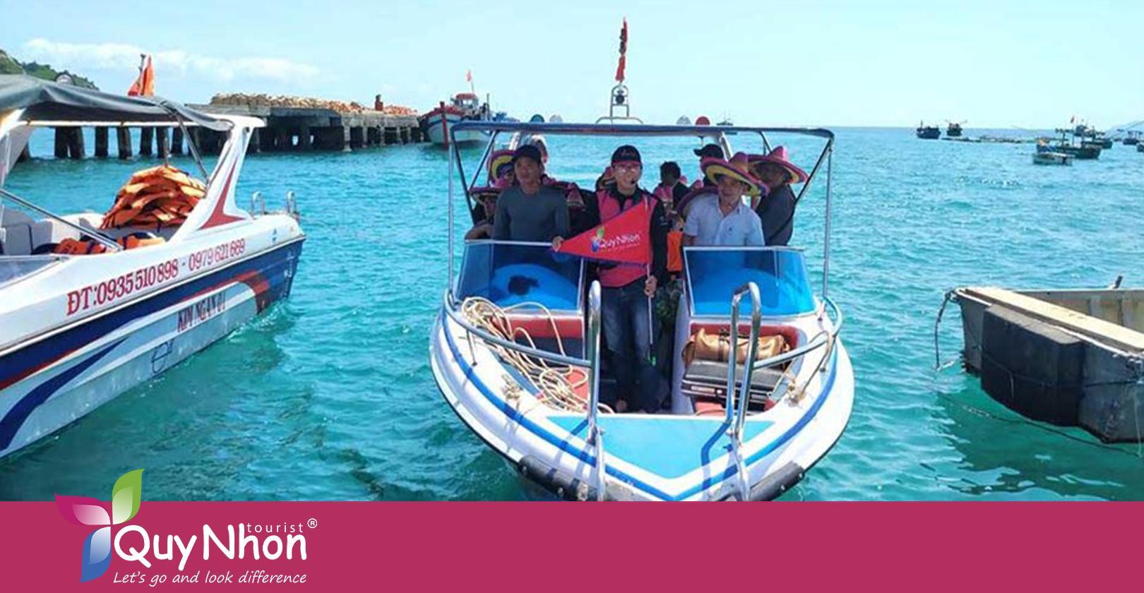Du khách được đón bằng cano tại Cảng Hàm Tử.